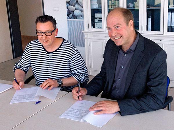 Oftersheim, 23.4.2015. René Reiland (l.)., 1. Vorsitzender von Tischfußball Mannheim e.V. und Thomas Martin, Geschäftsführer der XMART IT Consulting GmbH, bei der Unterzeichnung der Sponsoringvereinbarung